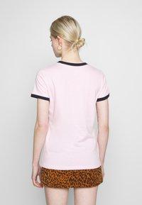 Nike Sportswear - TEE FUTURA RINGER - Printtipaita - pink foam/obsidian - 2