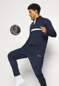Nike Performance - ACADEMY DRIL - Fleecová mikina - obsidian/white - 3