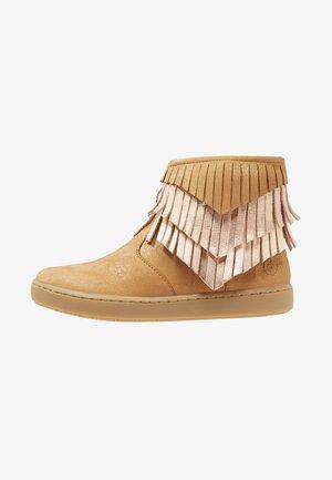 PLAY HURON - Kotníkové boty - camel/cooper multi