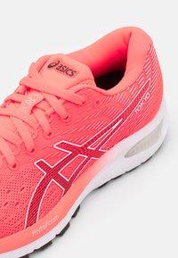 ASICS - GEL-CUMULUS 22 TOKYO - Chaussures de running neutres - sunrise red/black - 5