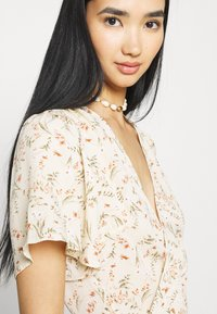 Missguided - FLORAL MIDAXI WRAP TIE WAIST DRESS - Maxi dress - cream - 4