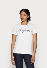 Tommy Hilfiger - HERITAGE CREW NECK GRAPHIC TEE - T-shirt z nadrukiem - classic white - 0