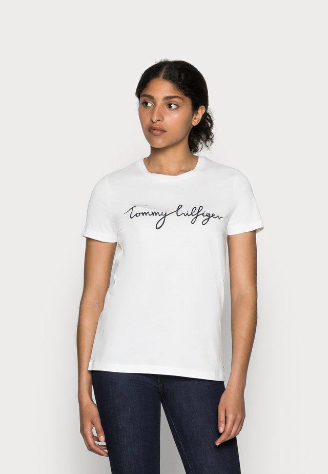 HERITAGE CREW NECK GRAPHIC TEE - T-shirt print - classic white