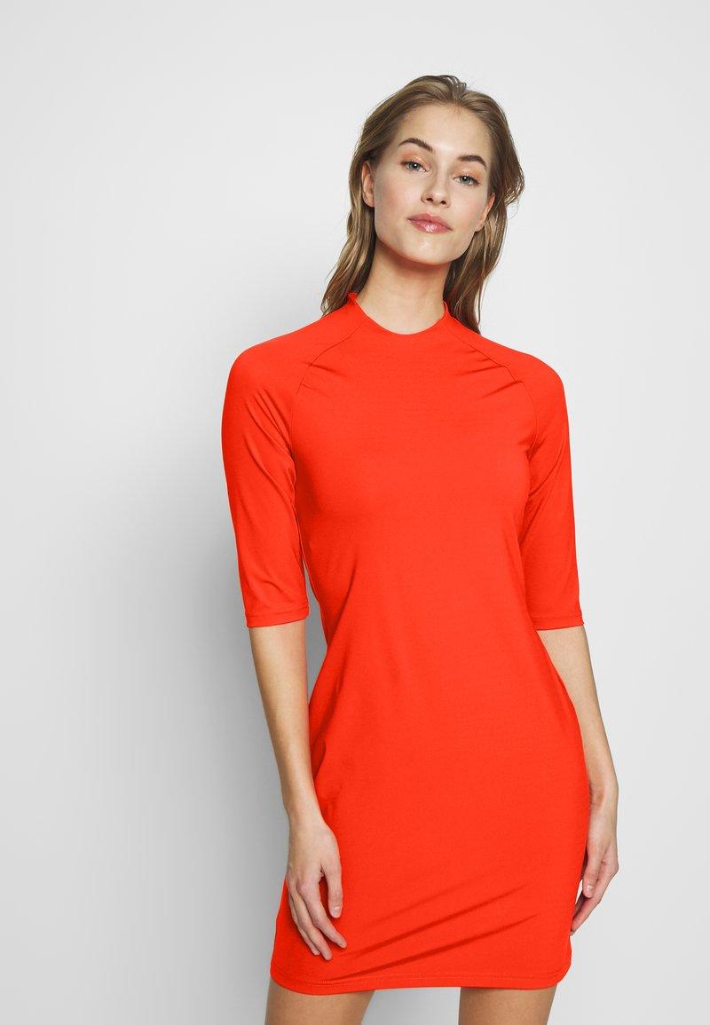 J.LINDEBERG - SAHRA LUX SCULPT - Sportovní šaty - tomato red