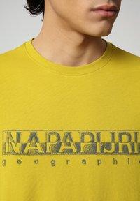Napapijri - SALLAR - Print T-shirt - yellow moss - 2
