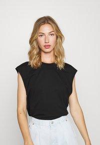 Monki - CHRIS 2 PACK - Basic T-shirt - black dark/white light - 1