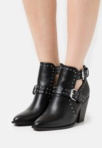 ONLY SHOES - ONLBLAKE CUT OUT HEELED BOOT - Cowboy/biker ankle boot - black - 5