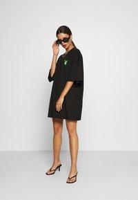 Missguided Petite - PLAYBOY BUNNY REPEAT DRESS - Vestido ligero - black - 1