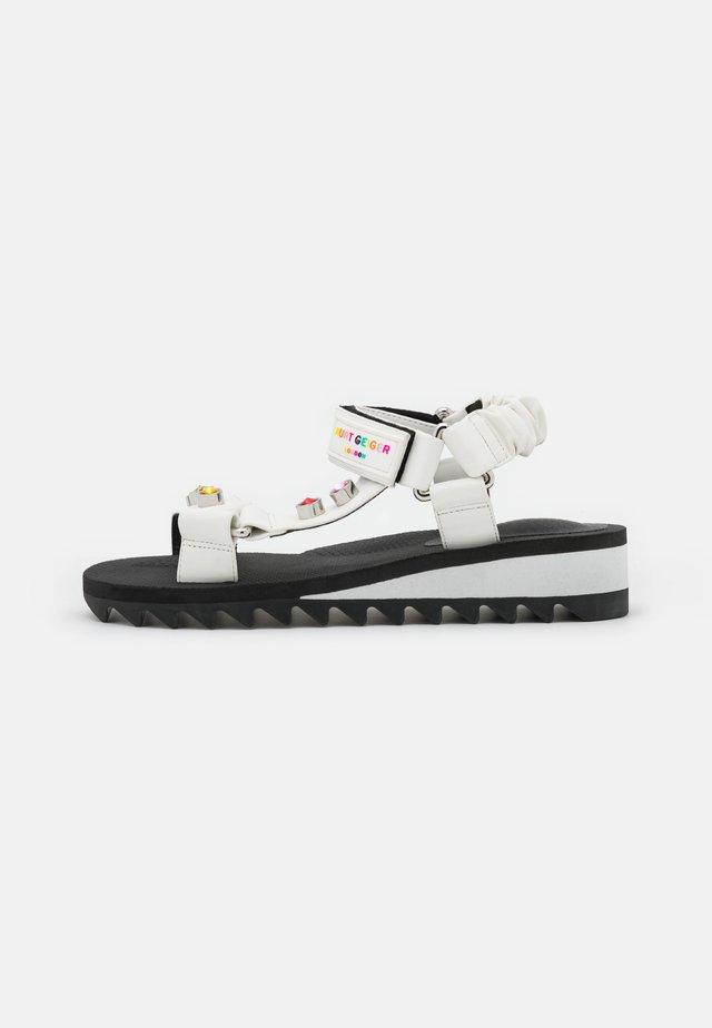 ORION - Sandały na koturnie - white