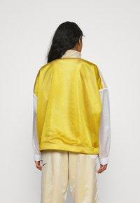 Nike Sportswear - W NSW TCH PCK - Cortaviento - dark citron/white/black - 2