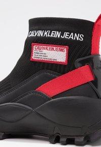 Calvin Klein Jeans - TYSHA - Sneakersy wysokie - black/tomato - 2
