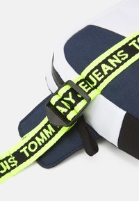 Tommy Jeans - LOGO TAPE BUMBAG UNISEX - Ledvinka - dark blue - 3