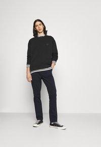 Nudie Jeans - EASY ALVIN - Chino kalhoty - dark midnight - 1