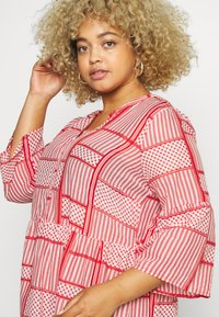 Kaffe Curve - KCPASTI DRESS 3/4 - Denní šaty - high risk red - 3