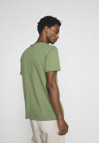 Selected Homme - SLHMORGAN STRIPE O NECK TEE - Print T-shirt - vineyard green/egret - 2