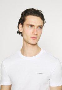 Calvin Klein Jeans - SLIM TEE 3 PACK - T-paita - red/black/white - 5