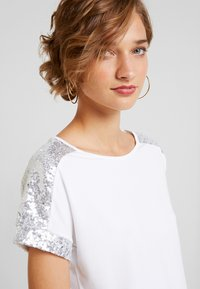 Anna Field - SEQUIN TRIM  - Print T-shirt - white/silver - 4