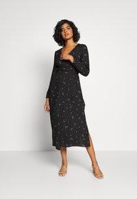 Cotton On - WRAP LONG SLEEVE MIDI DRESS - Denní šaty - ditsy black - 1