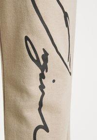 Jack & Jones - JORSCRIPTT PANTS  - Pantaloni sportivi - crockery - 4
