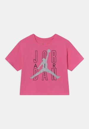 JORDAN AIR SHINE  - T-shirt z nadrukiem - pinksicle