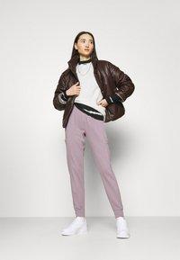 Nike Sportswear - CREW EARTH DAY - Sudadera - oatmeal heather/white - 1