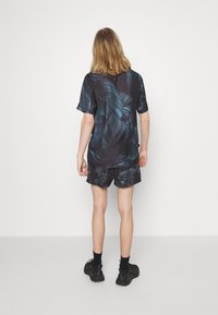 11 DEGREES - TROPCIAL RESORT SHIRT - Camisa - black/green/purple - 2