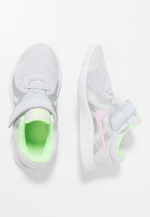 REVOLUTION 4 - Neutrální běžecké boty - pure platinum/pink foam/platinum tint/lime blast