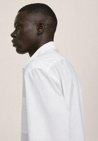 Mango - RELAXED FIT - Formal shirt - weiß - 5