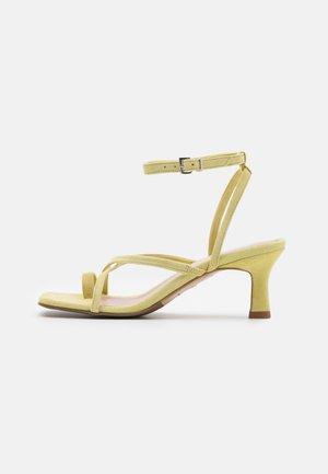COMODARIA - Sandály s odděleným palcem - sand
