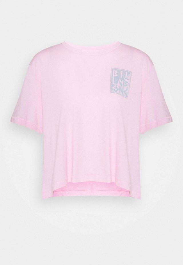 RAD DAY - Print T-shirt - rose dawn