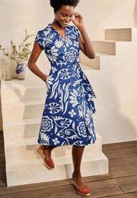 Boden - ROWENA  - Shirt dress - gipfelblau/tropischer garten - 1