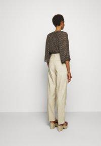 Claudie Pierlot - PATCHO - Spodnie materiałowe - beige - 2