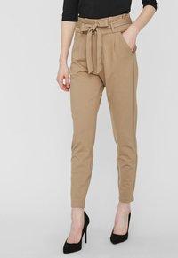 Vero Moda - LOOSE PAPERBAG  - Kalhoty - silver mink - 0