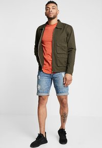 Redefined Rebel - OSLO DESTROY - Denim shorts - frozen blue - 1