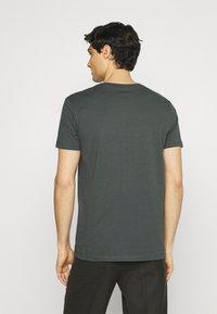 Marc O'Polo - SHORT SLEEVE - T-Shirt print - mangrove - 2