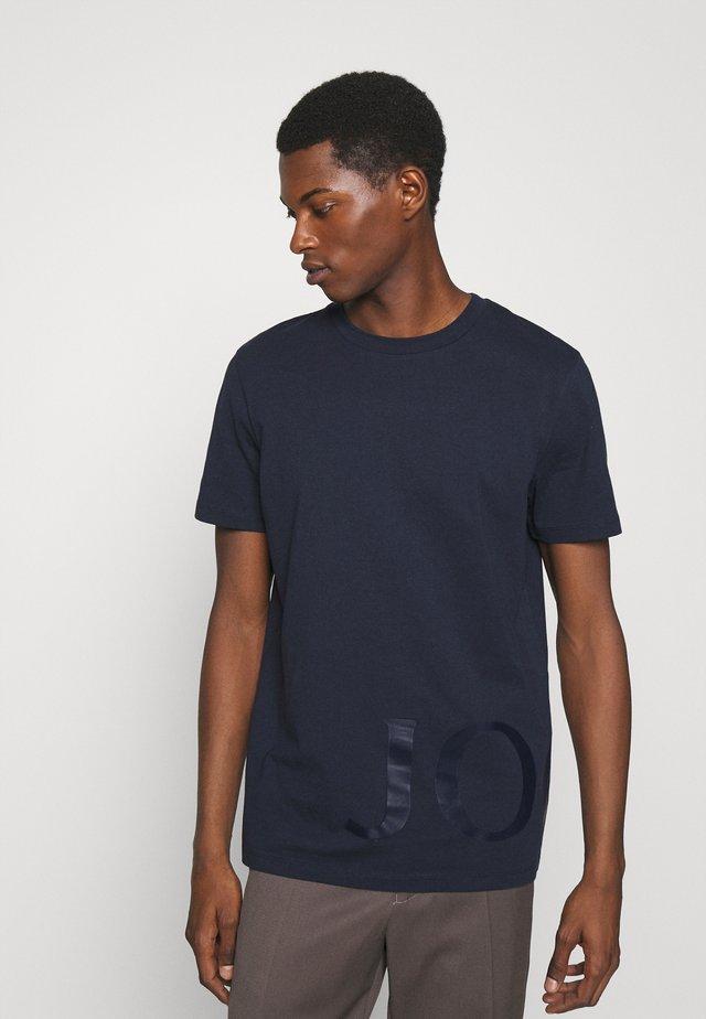 SABURO - Print T-shirt - dark blue