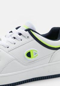 Champion - LOW CUT SHOE REBOUND UNISEX - Chaussures de basket - white/navy/solar yellow - 5