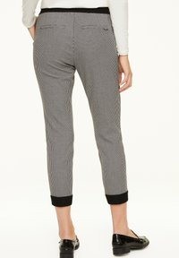 comma casual identity - MIT HAHNENTRITT-MUSTER - Trousers - cream houndstooth - 2