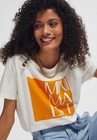comma casual identity - KURZARM - Print T-shirt - white apricot minimalist - 2