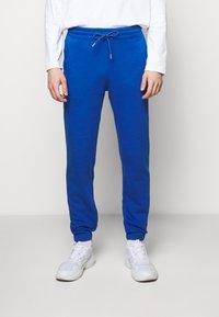 Holzweiler - HANGER TROUSERS - Pantaloni sportivi - blue - 0