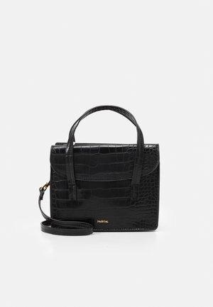 CROSSBODY BAG CARP - Taška spříčným popruhem - black