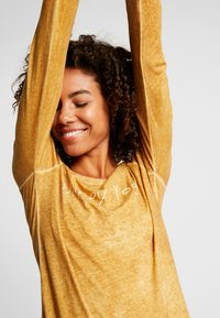 Yogasearcher - KARANI - Long sleeved top - curry - 4