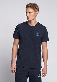 Hummel - HMLSIGGE - Print T-shirt - black iris - 0