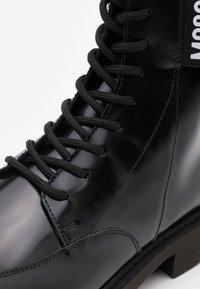MOSCHINO - Šněrovací kotníkové boty - nero - 5