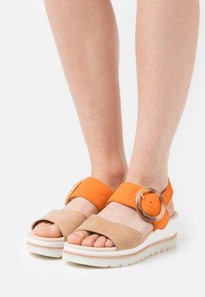 Sandály na platformě - caramel/orange