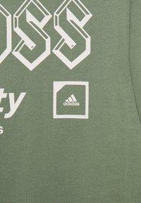 adidas Golf - CROSS - Print T-shirt - natural green - 2