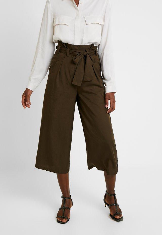 BEAU BELT - Pantalon classique - dark olive
