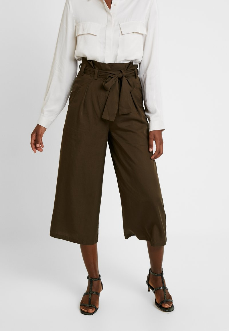 Great Plains London - BEAU BELT - Trousers - dark olive
