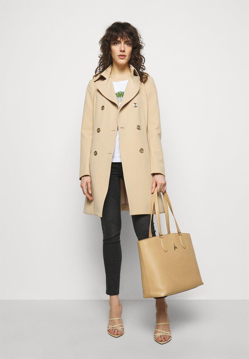 Patrizia Pepe - BORSA - Shoppingveske - pompei beige