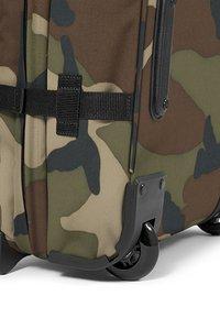 Eastpak - TRANVERZ S CORE COLORS REISEGEPÄCK  - Wheeled suitcase - camo - 5